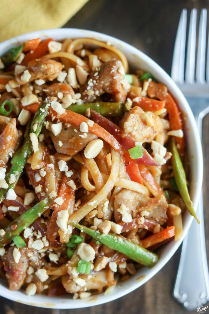 Spicy Peanut Chicken Noodles has a bold and spicy peanut sauce that will wake up your taste buds. Mix your favorite stir-fry veggies with chicken and fettucini for a complete meal #peanuts #peanutsauce #chicken #vegetables #fettucini #skilletmeal #spicy #spicysauce #karylskulinarykrusade