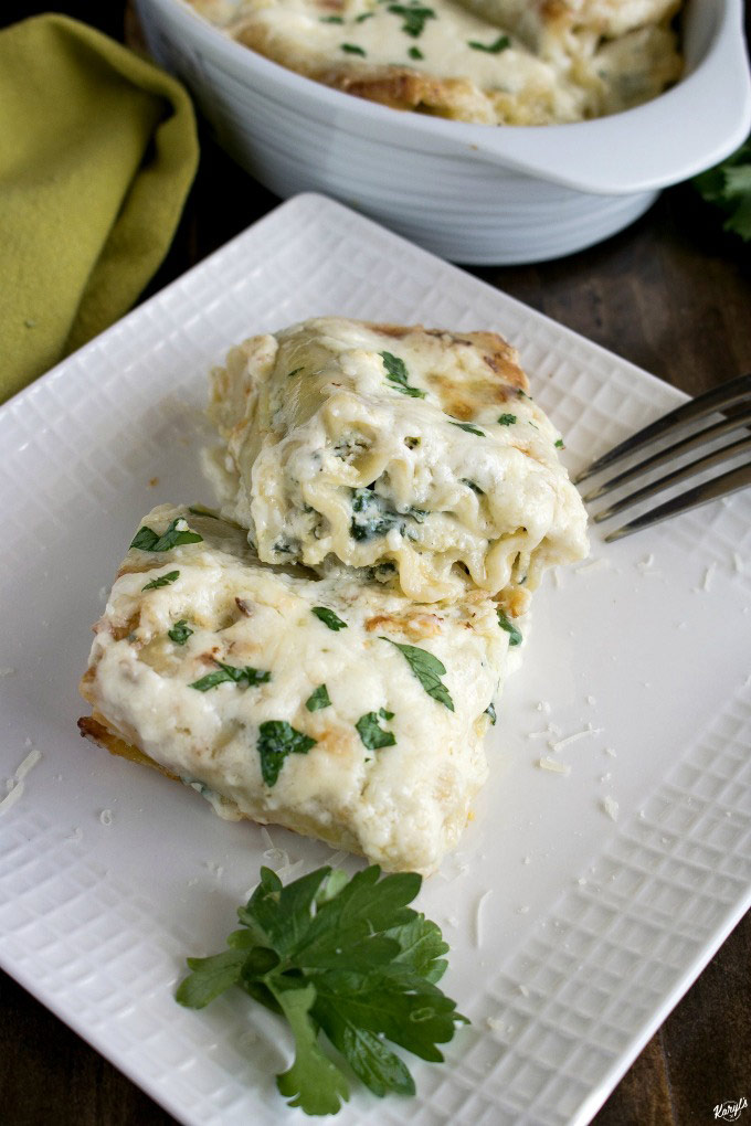Spinach Alfredo Lasagna Roll Ups is comfort food made simple! This dish has all the wonderful flavors of lasagna, in perfectly portioned rolls, and finished with a mouthwatering homemade Alfredo sauce #spinach #lasagna #spinachlasagna #alfredosauce #homemadesauce #comfortfood #ovenbaked #karylskulinarykrusade